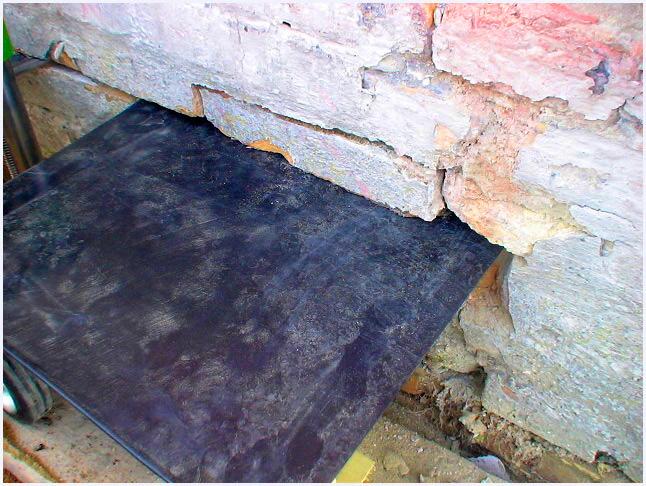 A vizes falban behelyezésre kerül a  polietilén szigetelõ anyag.
